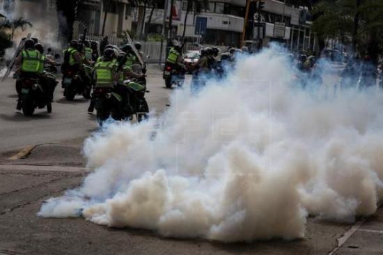 Enfrentamientos de agentes y manifestantes que iban hacia Supremo venezolano
