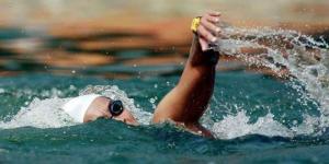 Una nadadora argentina bate récord de mujer más longeva en cruzar el Estrecho