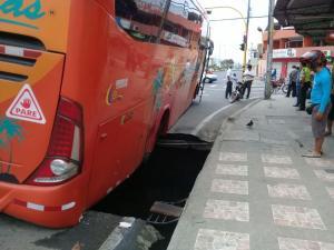 Portoviejo: Un bus se hunde en un socavón en la avenida del Ejército