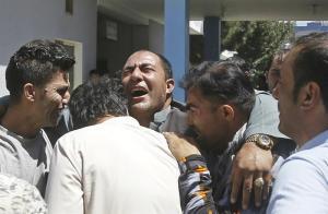 31 personas mueren calcinadas tras atentado con coche bomba en Afganistán