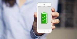 Diseñan un material para que el celular se cargue con el roce de la ropa