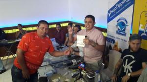 Delfín entrega pasaportes a hinchas que acompañarán al equipo en sus partidos internacionales