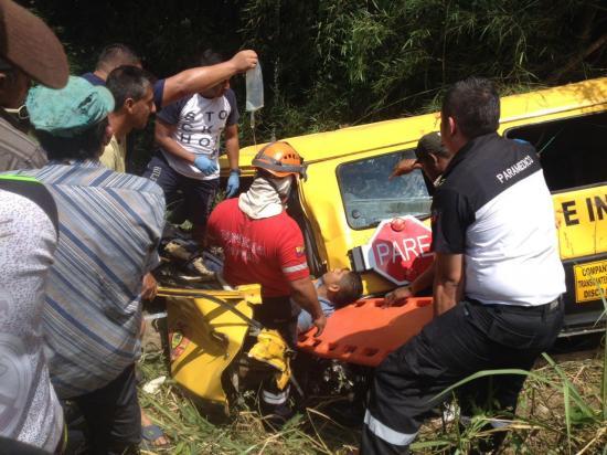 2 muertos y 14 heridos tras el volcamiento de una furgoneta en 24 de Mayo