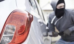 Anciano se enfrenta a un ladrón para que no se lleve un auto y a su nieta