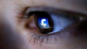 Facebook elimina perfiles de grupos supremacistas tras violencia en Virginia