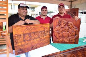 Crean arte en madera