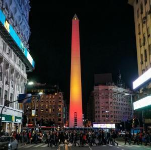 El Obelisco de Buenos Aires se tiñe con los colores de la bandera de España