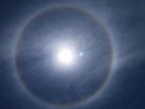 Halo solar causa asombro en los ciudadanos