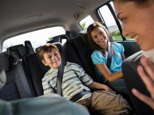 ¡Súbete al carro y viaja con precauciones!