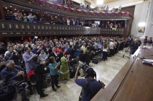 Doce embajadores acuden a apoyar a Parlamento venezolano tras su 'disolución'