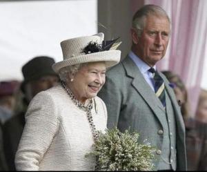 Isabel II no planea ceder su lugar a su hijo Carlos, según el Sunday Times