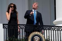 Trump observó el eclipse solar sin gafas por unos segundos e inundó la red