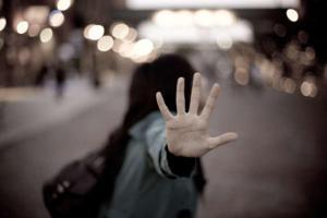 Joven sufre intento de violación en un bus y pasajeros no hacen nada por ayudarla
