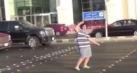 Detienen a un adolescente saudí por bailar la 'Macarena' en la calle