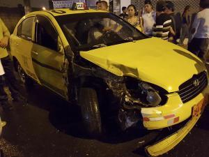 Taxi choca con auto estacionado
