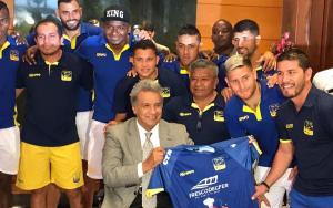 El presidente Lenín Moreno recibió la camiseta del Delfín SC