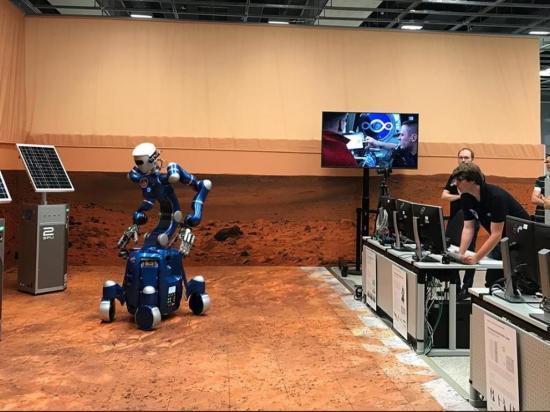 Astronauta indicó tarea a un robot