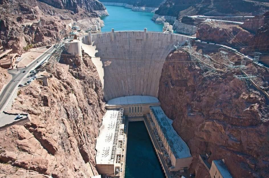 Un turista ebrio cruza nadando una presa de 221 metros de altura