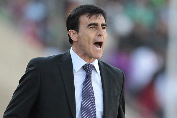 La FEF confirma salida del técnico Gustavo Quinteros de la Selección
