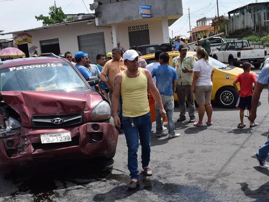 Chocan en intersección peligrosa de El Carmen