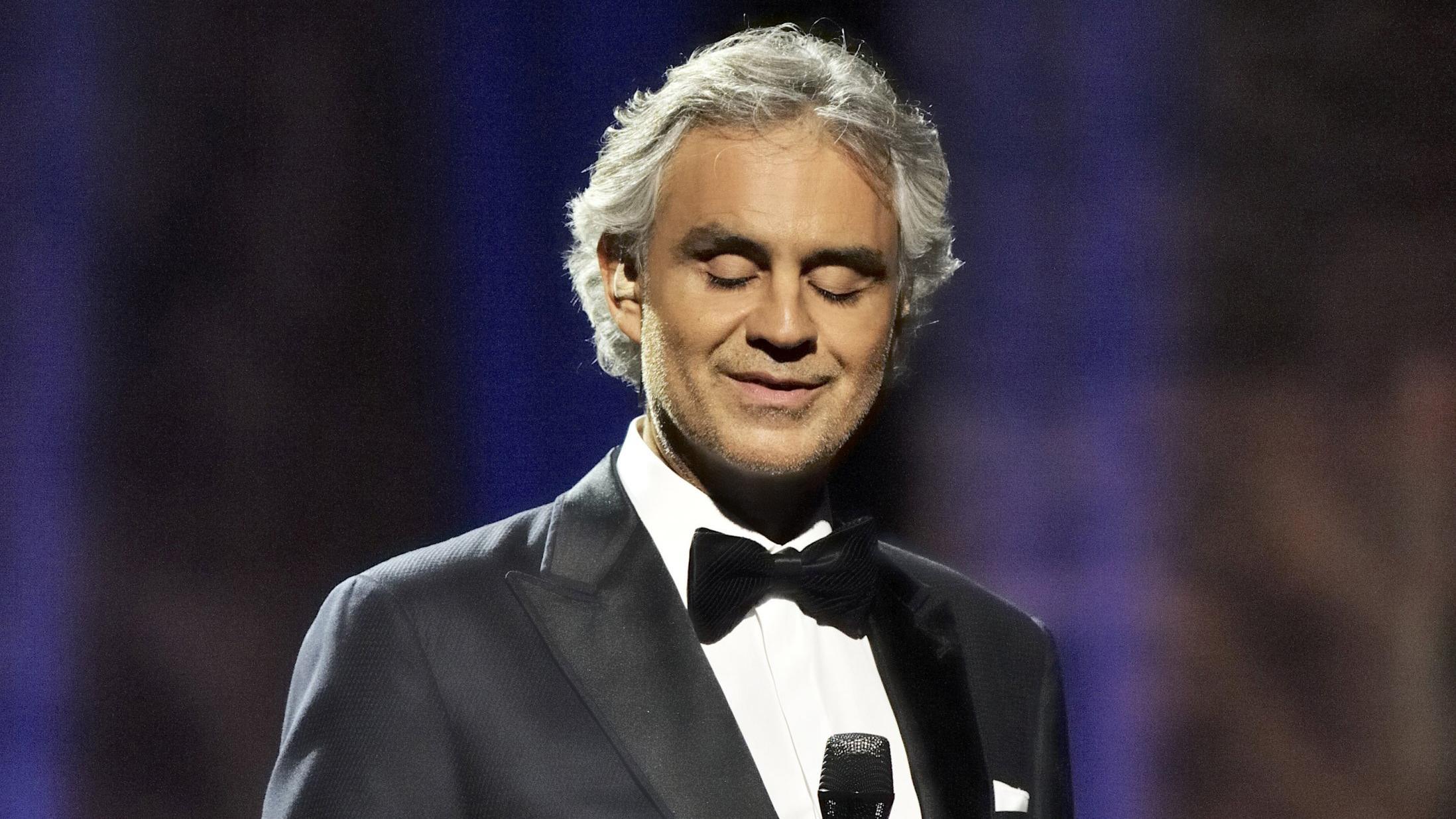 El tenor Andrea Bocelli es hospitalizado tras caer de un caballo