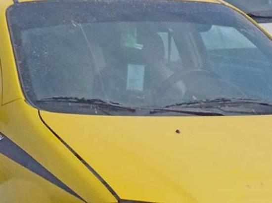Chofer denuncia que pareja utilizó su taxi para tener relaciones