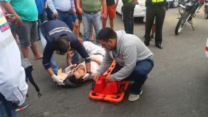 Motociclista resulta herido al estrellarse con un vehículo en la avenida Metropolitana