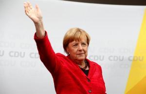 Mujer de 63 años intentó agredir a Angela Merkel con un paraguas