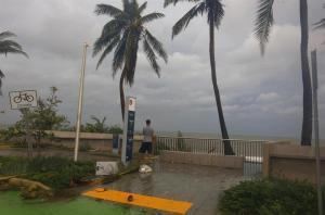 María, debilitado a categoría 2, avanza hacia el este de República Dominicana