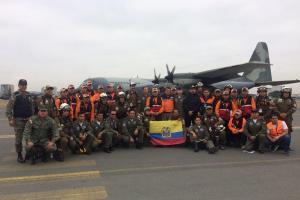 Bomberos ecuatorianos viajan a México para ayudar en labores de rescate tras terremoto