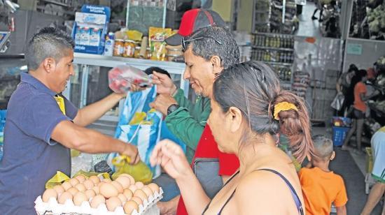 Mujeres usan a niños para robar en una despensa