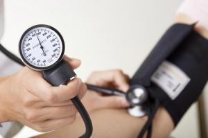 Presión arterial alta en mujeres entre 40 y 49 años puede generar demencia