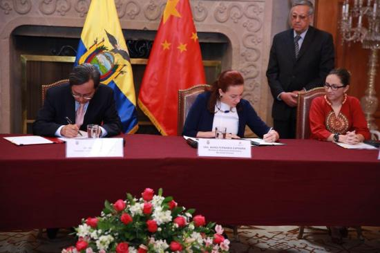 Ecuador y China firman convenios para la construcción de los hospitales de Chone y Bahía