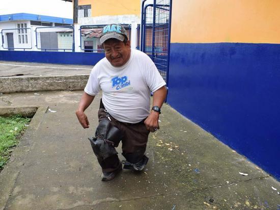 César camina de rodillas