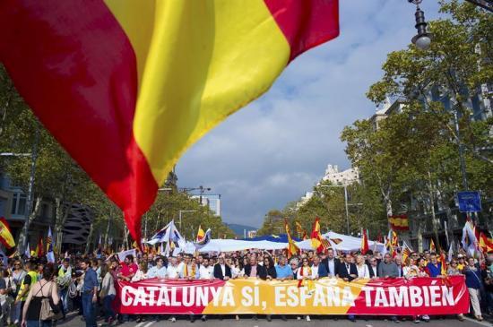 Cientos de personas se manifiestan en Barcelona contra la independencia de Cataluña