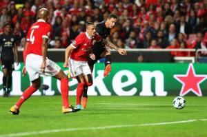 Manchester United gana al Benfica  y afianza su camino hacia octavos