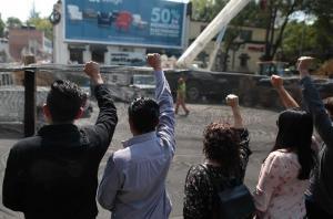 Mexicanos guardan 3 minutos de silencio con puño en alto para recordar sismo