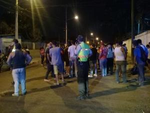 Moradores se toman la calle Vicente Macías como protesta tras muerte de vecino del sector