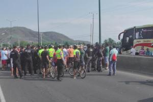 Ciudadanos cerraron el paso vehicular en el puente Mejía por más de dos horas