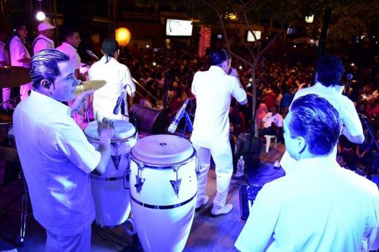 Miles de asistentes disfrutaron al son de las orquestas en el 'Avenidazo'