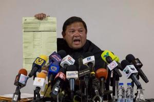Candidato opositor venezolano muestra supuestas pruebas de fraude en comicios