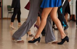 Venezolano organiza clases de baile para costear terapia médica 'impagable'