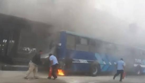 Unidad de la Metrovía se incendió en Guayaquil