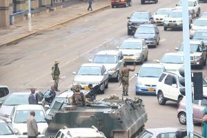"""Detienen """"en su casa"""" a Mugabe"""