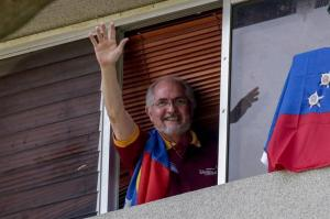 Ledezma escapa del arresto domiciliario y sale de Venezuela, según medios