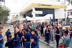 Sismo en Ecuador: Del miedo se lanzó del segundo piso