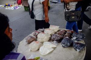 Cucharadas de comida, la última opción de compra en la crisis venezolana