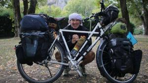 Un payaso español recorre 117 países en bicicleta con actuaciones solidarias