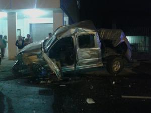 Carro causa daños en 3 casas