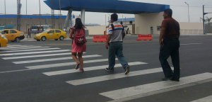 Cruzan corriendo por falta de un semáforo peatonal, en la vía a El Palmar